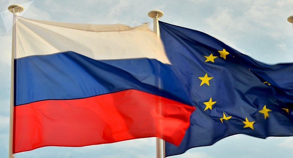 Banderas de Rusia y de la UE (archivo)
