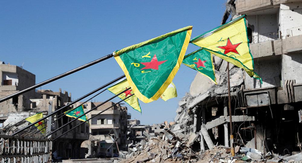 Las banderas de las Fuerzas Democráticas Sirias en Al Raqa, Siria (archivo)