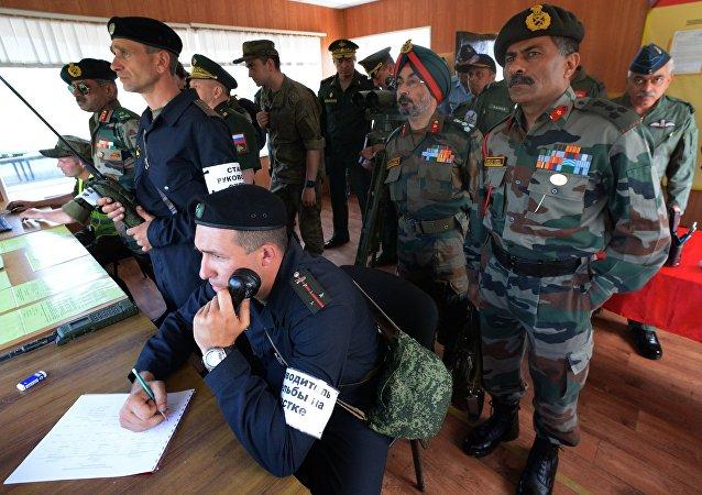 Oficiales indios y rusos