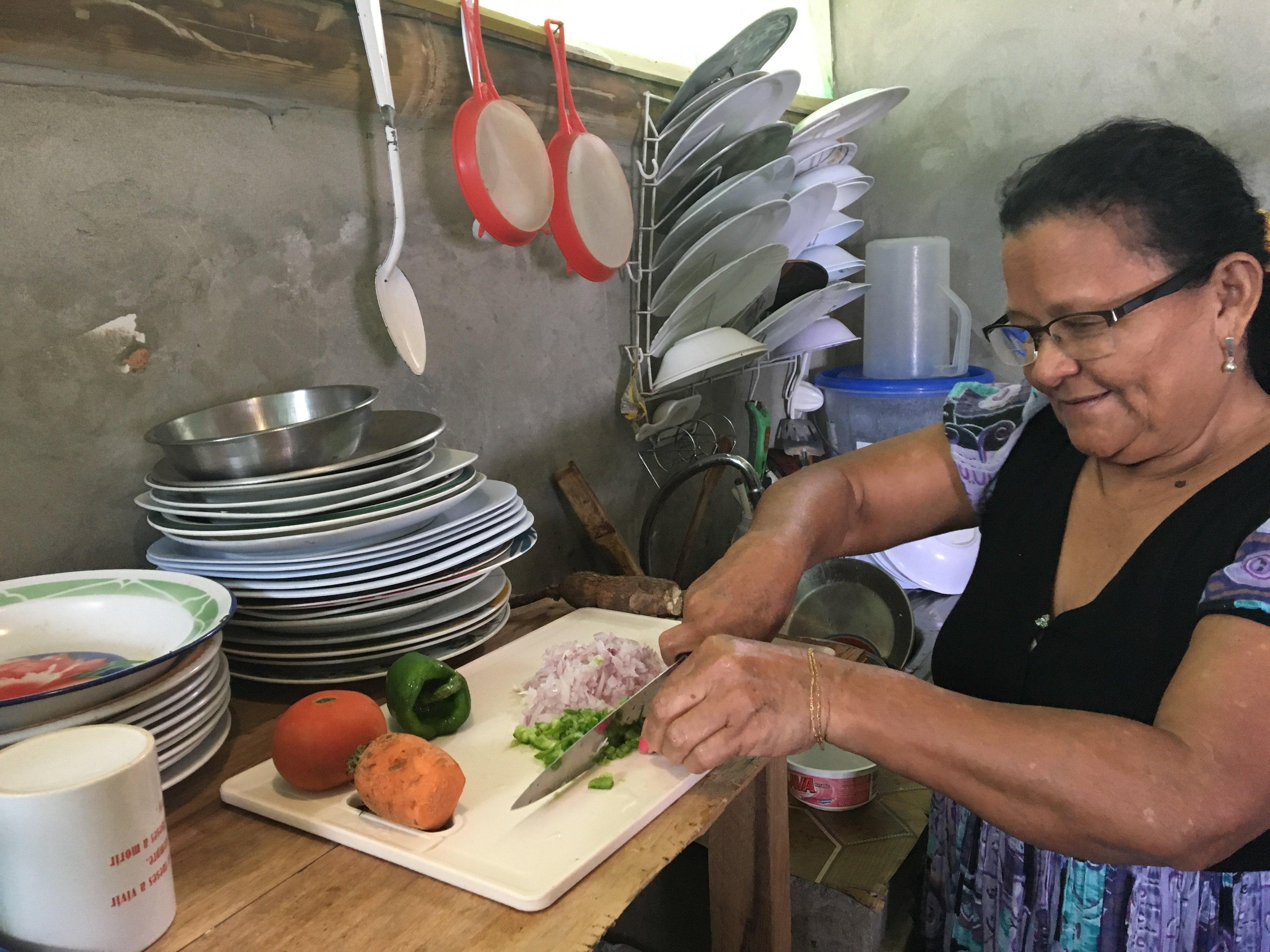 Alba Reina, quien perdió su restaurante tras el terremoto del 16 de abril de 2016. Ha vuelto a su casa y ha retomado su negocio.