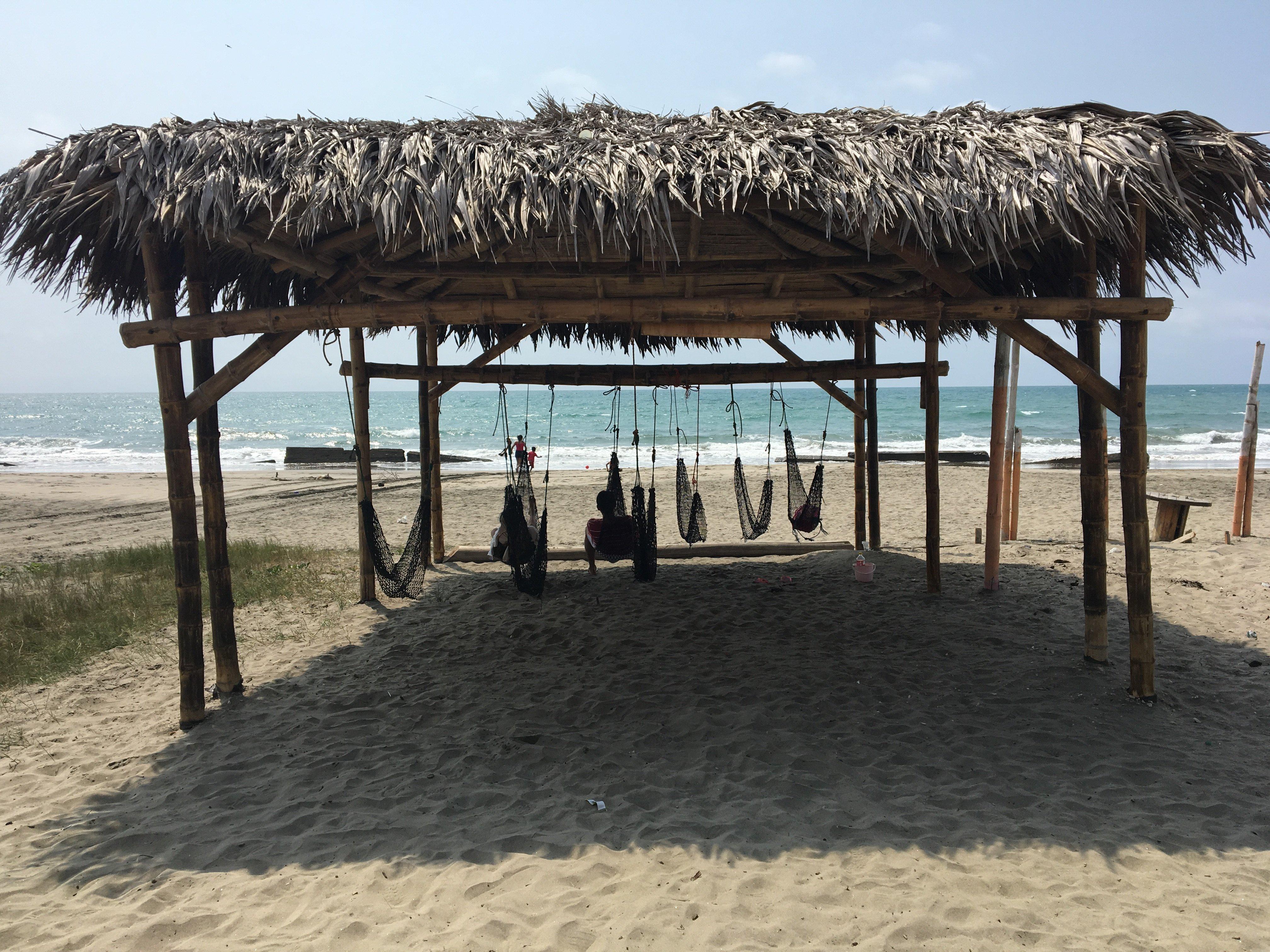 Playa de la comunidad San Jacinto, afectada por el terremoto y que hoy se recupera con empredimientos turísticos.