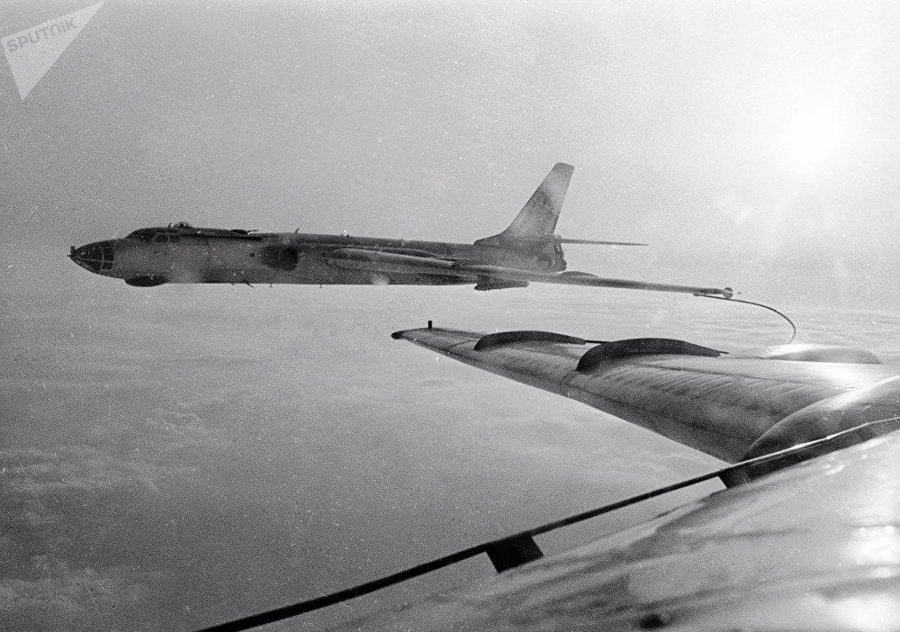 El reabastecimiento de los bombarderos Tu-16 en vuelo