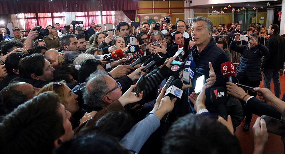 Mauricio Macri, presidente de Argentina, habla a los periodistas tras votar en elecciones legislativas