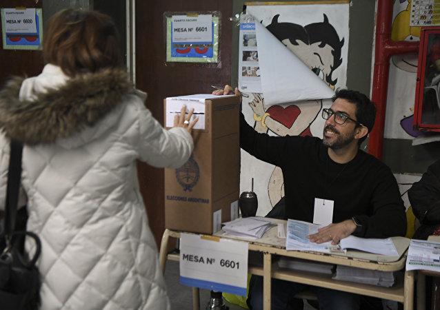 Una persona vota en las elecciones legislativas de Argentina