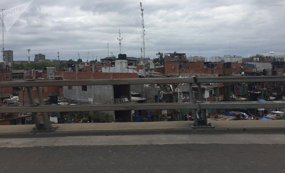 Villa 31, vista desde la autopista que atraviesa el barrio