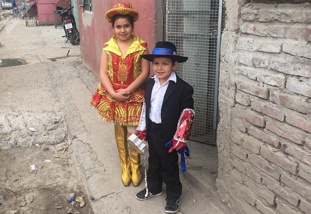 Niños de la Villa 31 se disfrazan para celebrar una fiesta local