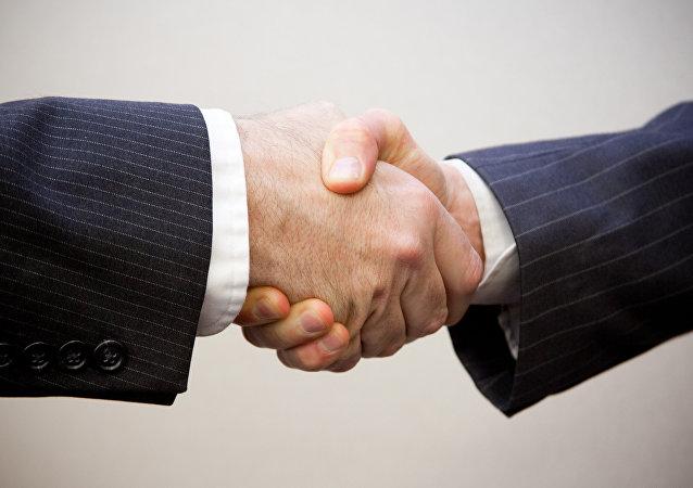 Dos hombres se estrechan la mano