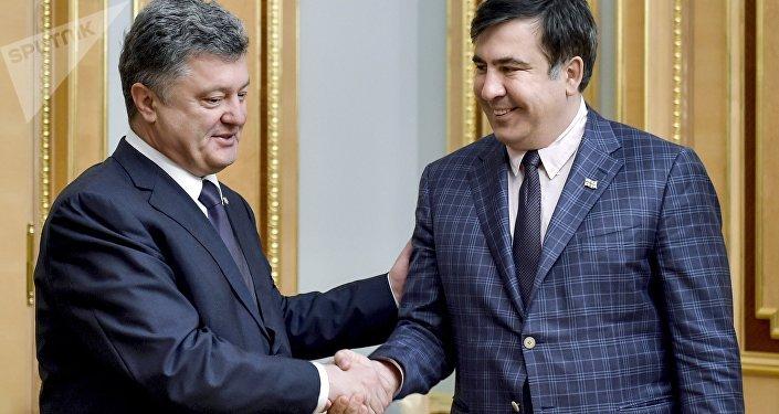 El líder del Movimiento de Nuevas Fuerzas, Mijaíl Saakashvili, y el presidente Ucraniano Petró Poroshenko (archivo)