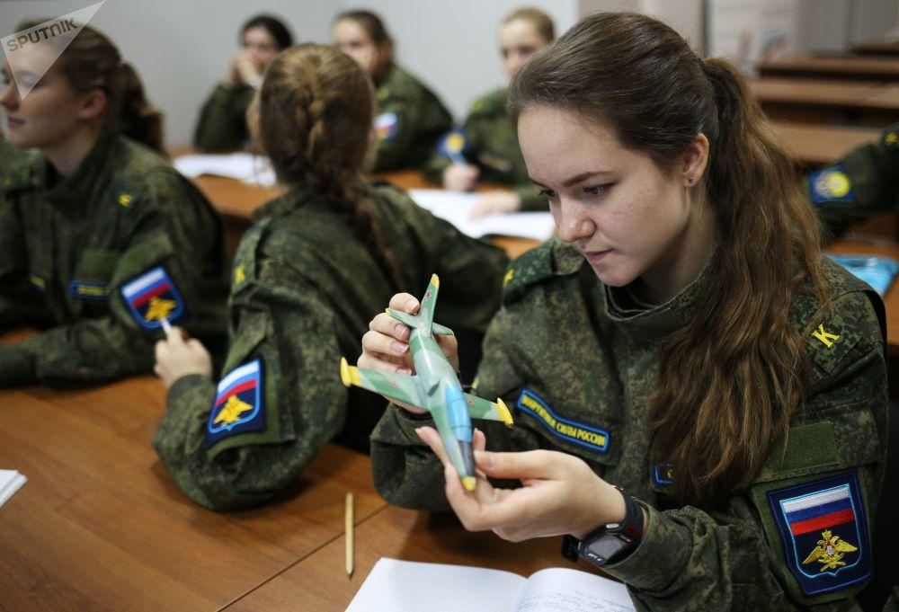 Las más cualificadas representantes de la Escuela Superior de Aviación militar de Krasnodar
