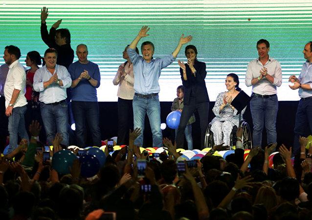 El presidente de Argentina, Mauricio Macri, celebra los resultados de las elecciones parlamentarias
