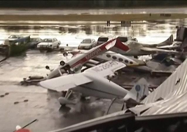 Fuertes vientos destruyen varios aviones en EEUU