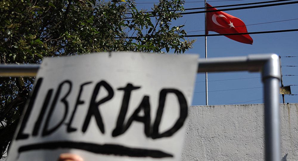 El presidente de Amnistía Internacional Turquía continuará en prisión