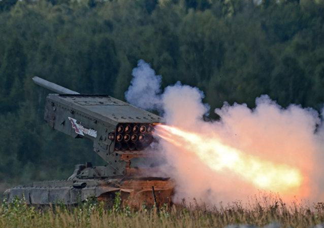 Sistema de lanzacohetes incendiarios TOS-1 Buratino (archivo)