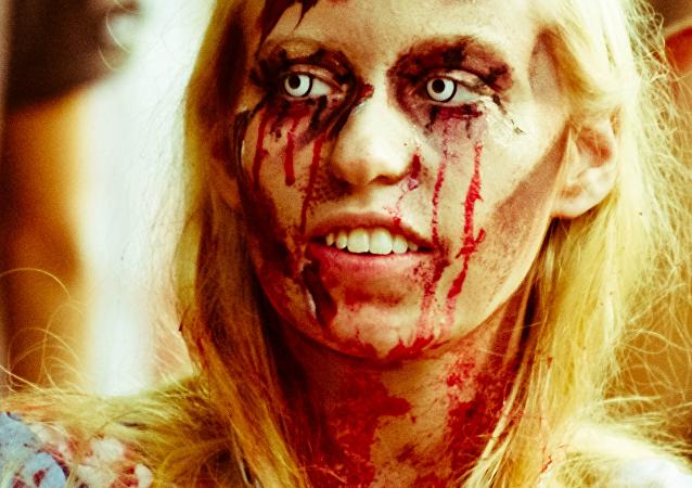 Una joven disfrazada de zombie
