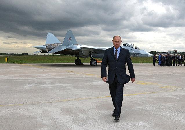 Vladímir Putin, presidente ruso, junto al caza T-50 (imagen referencial)