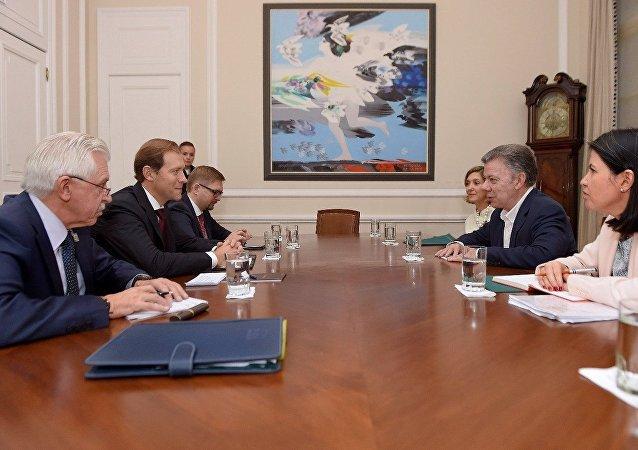El ministro de Industria y Comercio de la Federación Rusa, Denís Mánturov y el presidente colombiano, Juan Manuel Santos