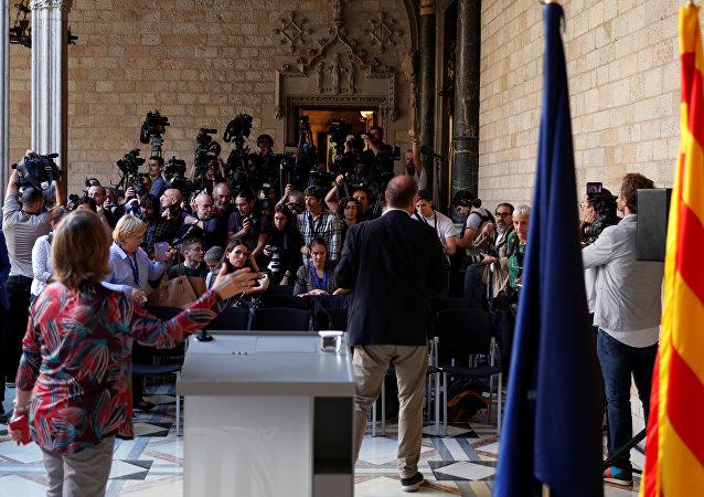 Reporteros esperan la comparecencia de Carles Puigdemont