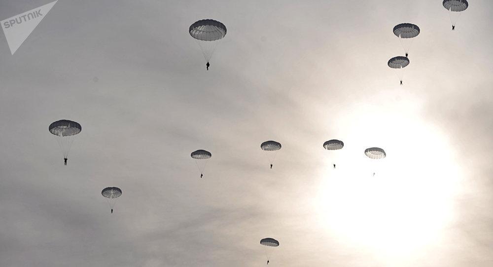 Unos paracaidistas (archivo)