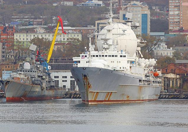 El buque de reconocimiento electrónico ruso Mariscal Krilov en el puerto de Vladivostok, 5 de febrero de 2015