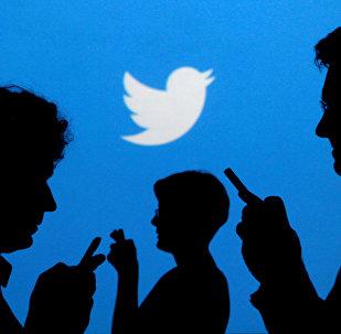 El logo de Twitter y las siluetas de la gente (archivo)