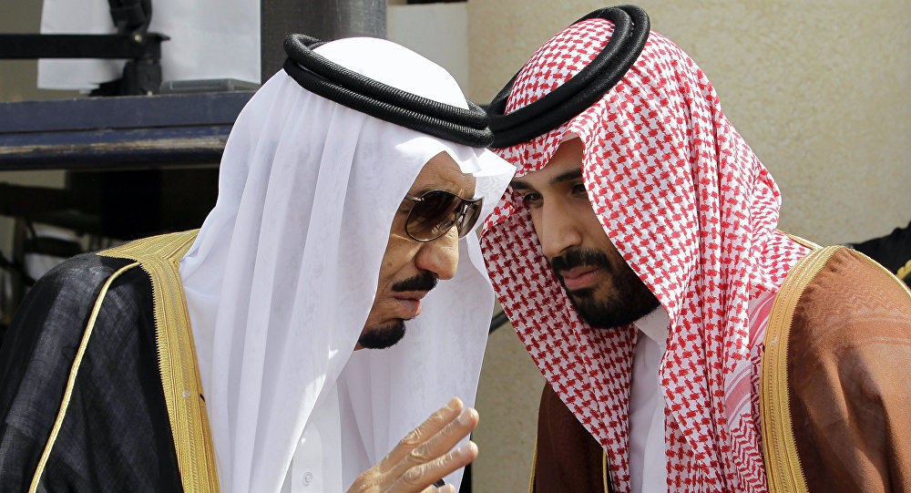 El rey saudí Salman bin Abdulaziz Saud (a la izquierda) y su hijo, el príncipe heredero Mohamed bin Salmán (a la derecha) durante el Foro de Cooperación del Golfo (archivo)