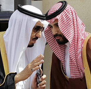 El rey saudí Salmán bin Abdulaziz Saud y su hijo, el príncipe heredero Mohamed bin Salmán (archivo)
