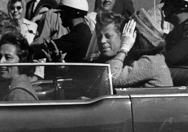 El presidente de EEUU, John F. Kennedy, un minuto antes de ser asesinado