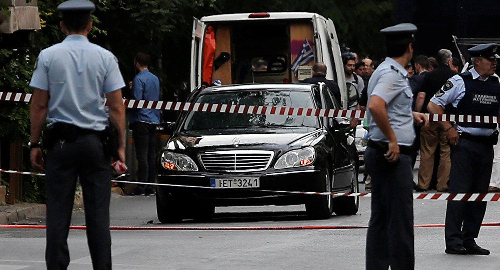El coche de ex primer ministro de Grecia Lukás Papadimos después de la explosión