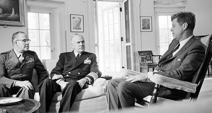 Un encuentro de John F. Kennedy con el general David Shoup y el almirante George Anderson sobre Cuba, octubre del año 1962