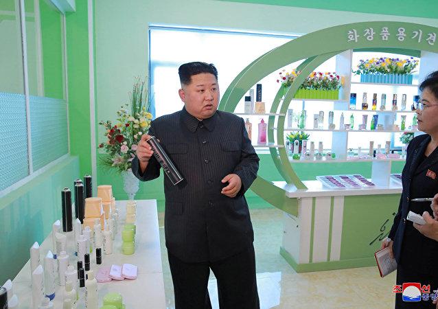 El líder norcoreano Kim Jong Un visita una fábrica de cosméticos