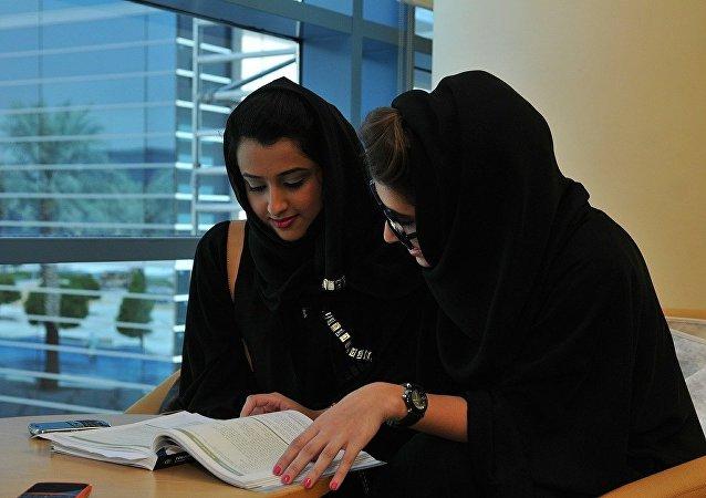Unas mujeres árabes estudiando