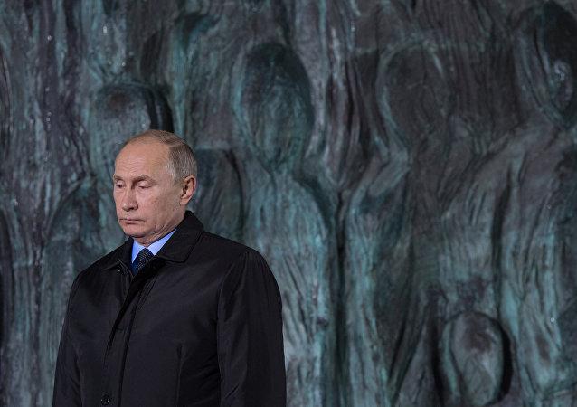 El presidente de Rusia, Vladímir Putin, en la ceremonia de apertura del monumento 'El muro del duelo'