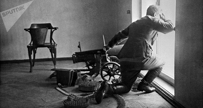 Un soldado defiende el Palacio de Invierno con una ametralladora, octubre de 1917