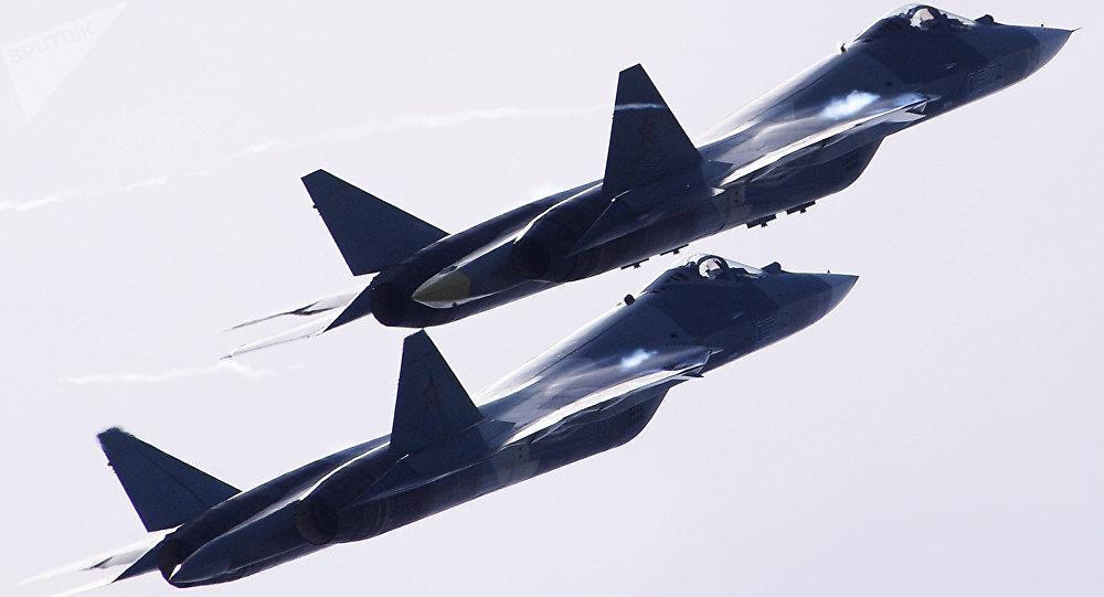 Dos aviones ruso de quinta generación Su-57 vuelan durante el Salón Aeroespacial Internacional MAKS 2017