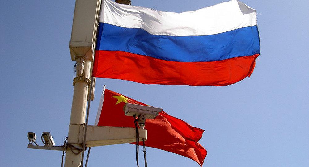 Banderas de Rusia y China (imagen referencial)