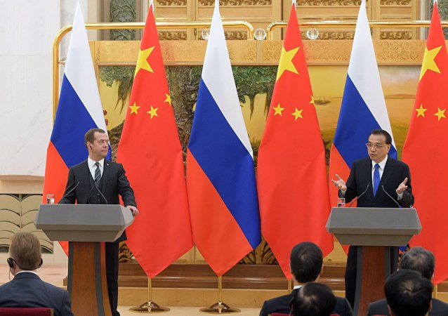 El primer ministro ruso,Dmítri Medvédev con su homólogo chino  Li Keqiang