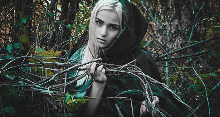 Una joven disfrazada de bruja (imagen referencial)
