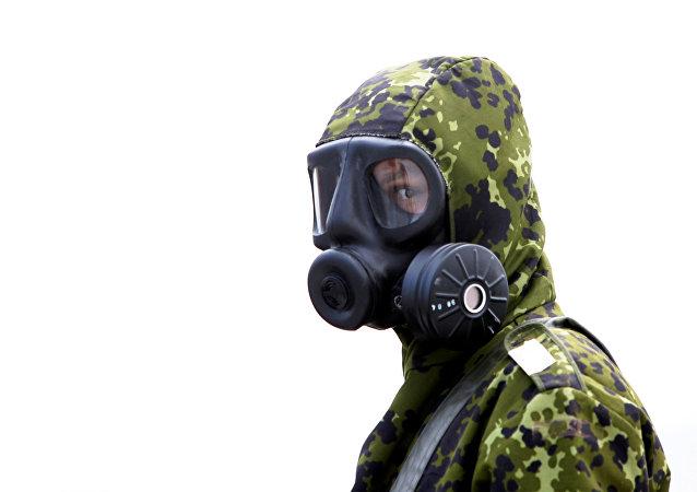 Un militar en un traje de riesgo biológico (imagen referencial)
