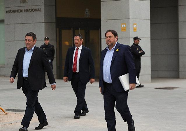 El cesado vicepresidente de la Generalitat de Cataluña, Oriol Junqueras (derecha), llega a la Audiencia Nacional para declarar por rebelión