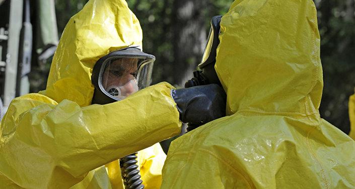 Militares en trajes de riesgo biológico (imagen referencial)