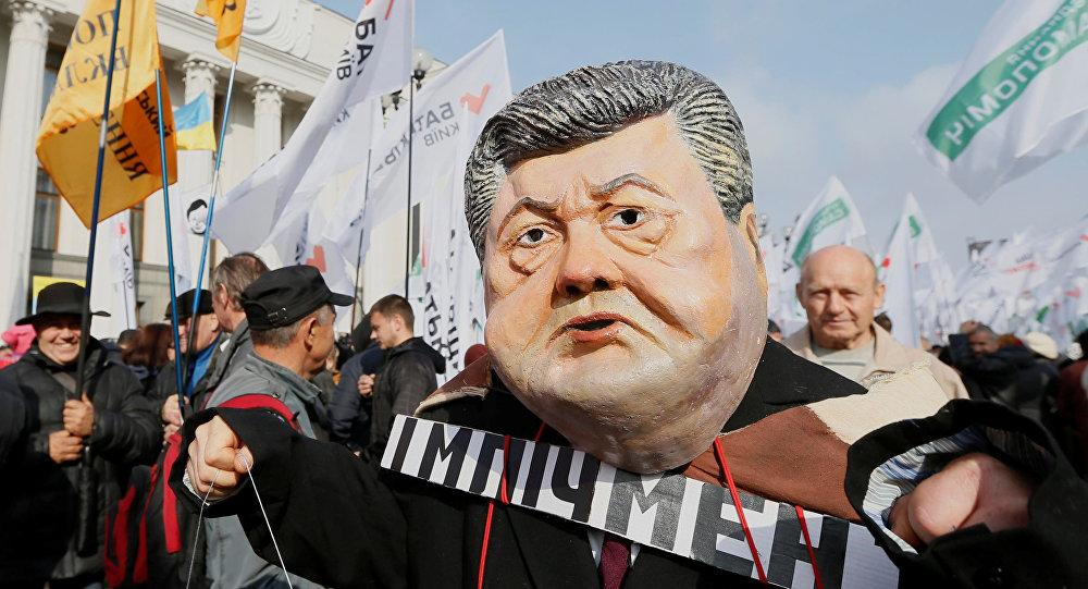 Una máscara que representa la cara del presidente ucraniano Poroshenko durante una manifestación de partidarios del ex presidente georgiano Saakashvili