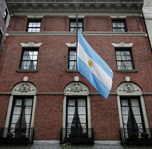 Bandera argentina izada a media asta en Nueva York