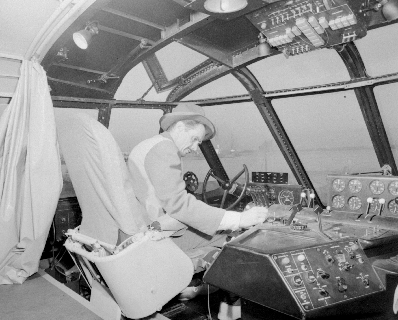 Howard Hughes se sienta a los mandos de su barco gigante de madera llamado Spruce Goose antes de su primero y único vuelo el 2 de noviembre de 1947