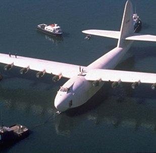 Una foto del 29 de octubre de 1980 del barco volador de madera de Howard Hughes, Spruce Goose, remolcado desde su hangar en Long Beach, California.