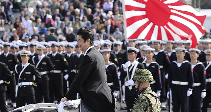 El primer ministro japonés, Shinzo Abe, durante un desfile miliar al norte de Tokio, Japón, 23 de octubre de 2016