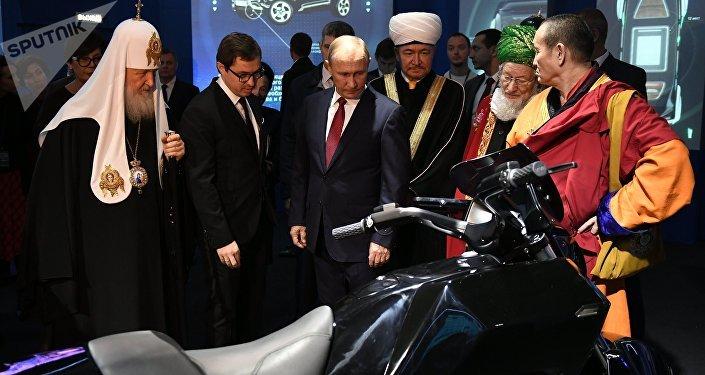 Vladímir Putin, presidente de Rusia durante su visita a la exposición 'Rusia, camino al futuro' en el Manege de Moscú