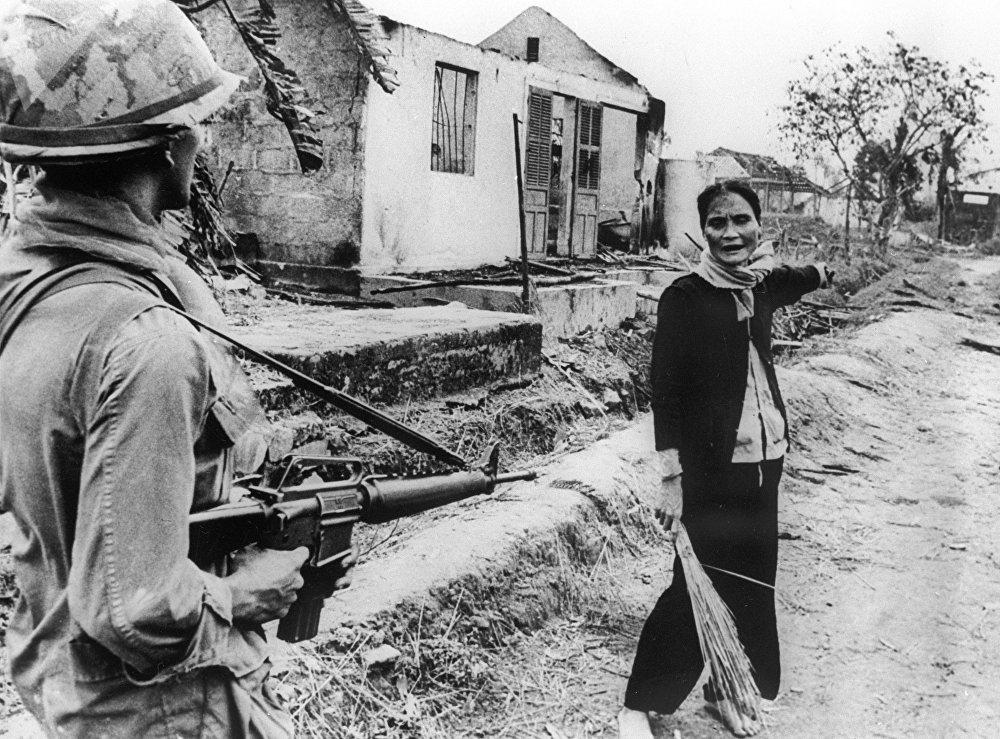 Un soldado estadounidense y una vietnamita en el sur de Vietnam en 1968