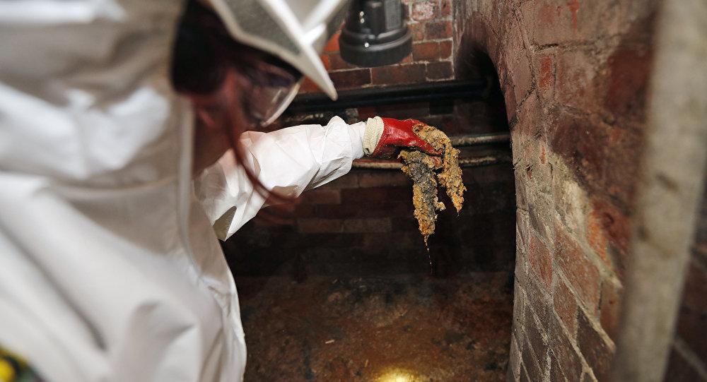 Una empleada de la empresa Thames Water muestra 'Fatberg'