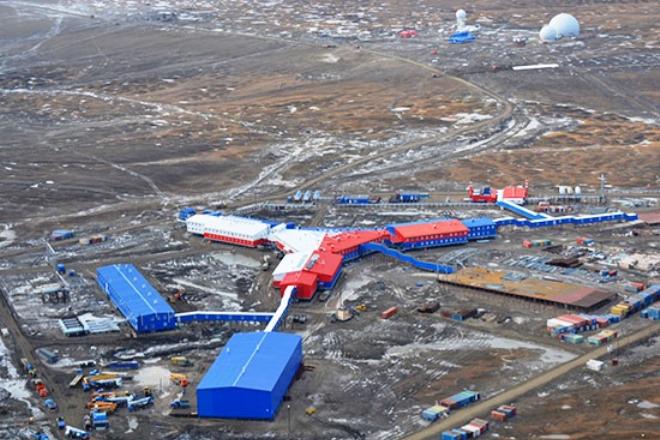 En la isla Kotelni, con una temperatura media de +3°C en verano y de –30°C en invierno, los ingenieros militares rusos levantaron la base modular Temp, con pista de aterrizaje, radares, sistemas de defensa aérea y estación de sismología, entre otros equipamientos.