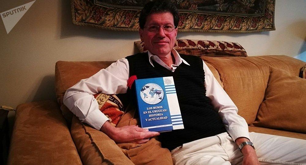 Luis Augusto Frappola con un libro de rusos en Uruguay